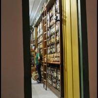 loja de cachaças a noite, Paraty (RJ)