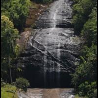 cachoeira, passando com lancha em Angra dos Reis (RJ)