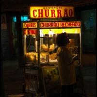o centro de Búzios (RJ) a noite