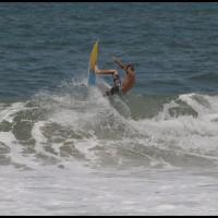 surfista na praia vermelha em Ubatuba, São Paulo